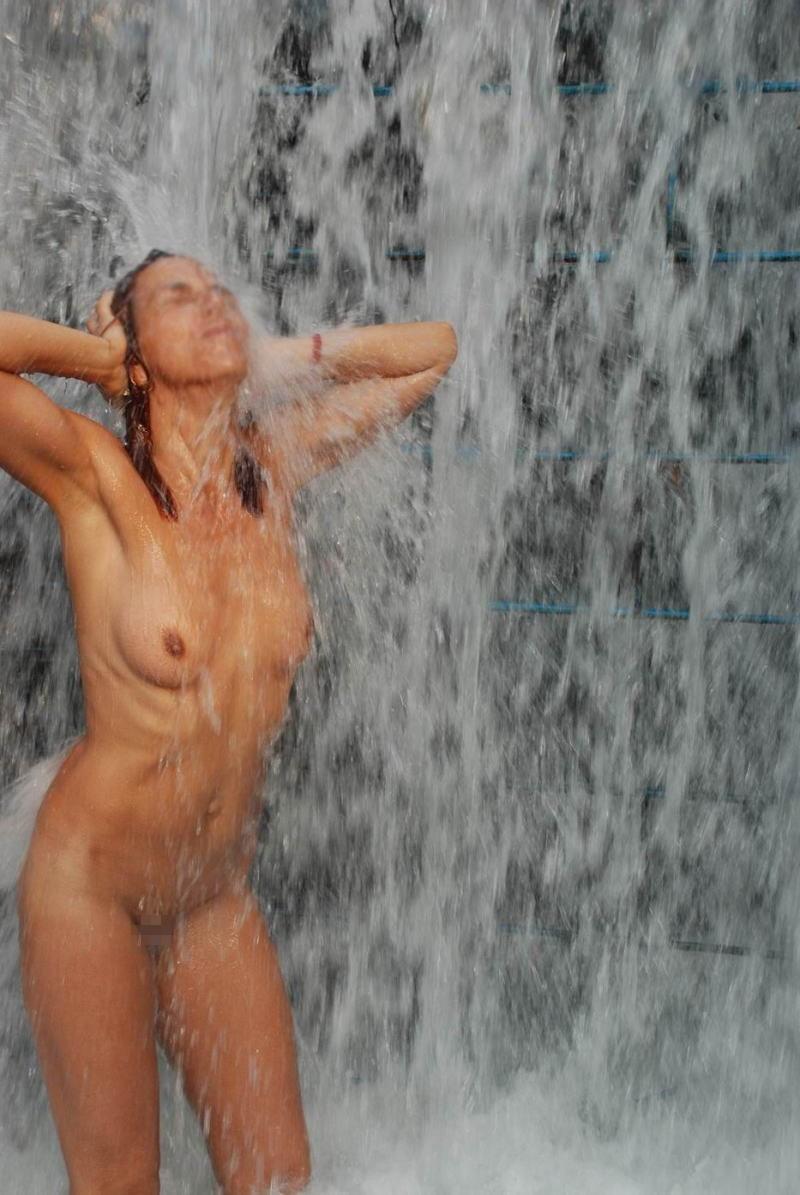 間違った信念で滝行を頑張る外人女子のエロ画像集(20枚)・7枚目