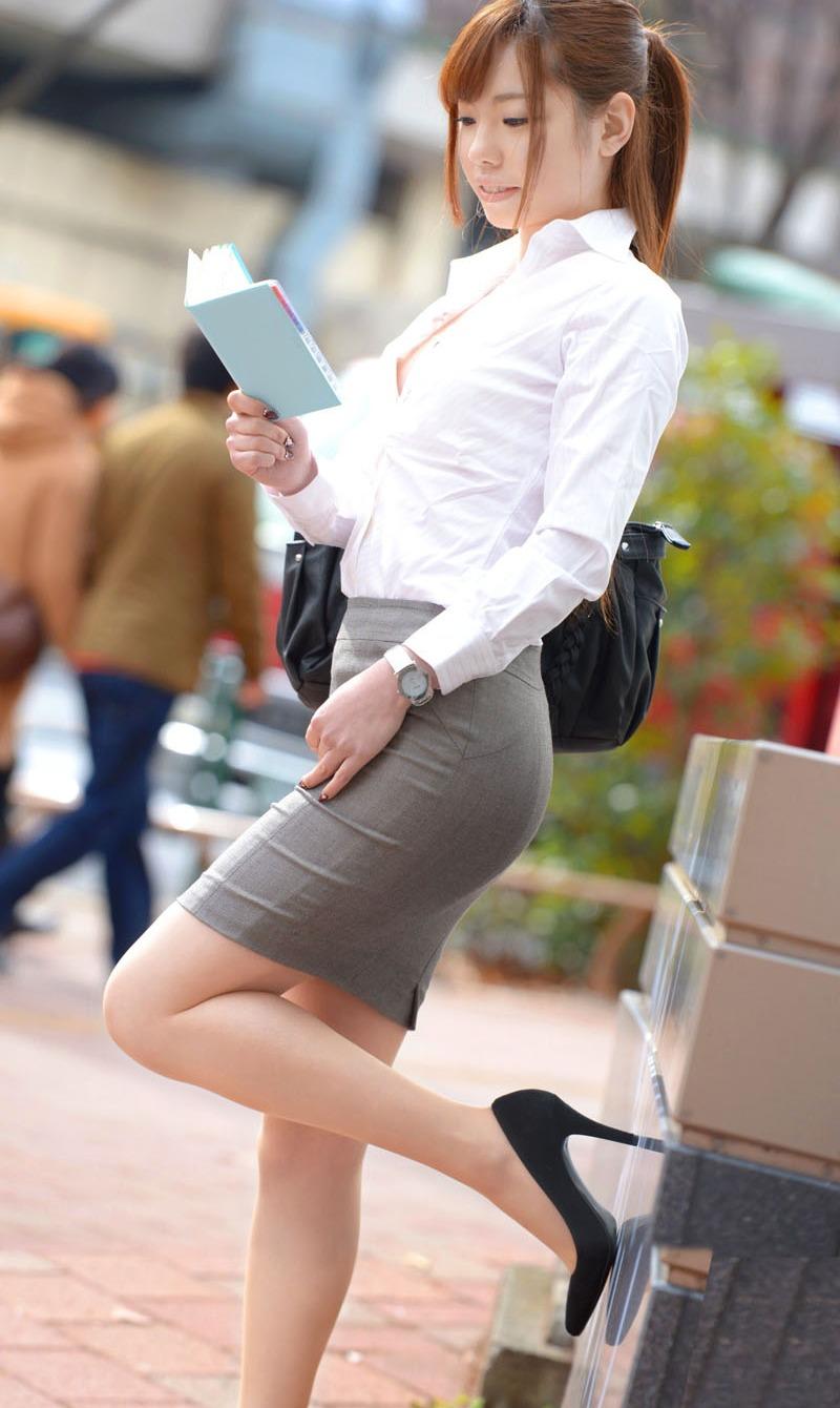 街中で惜しげもなく着衣美ボディを晒す昼休みのOLのセクシー画像集(29枚)・8枚目