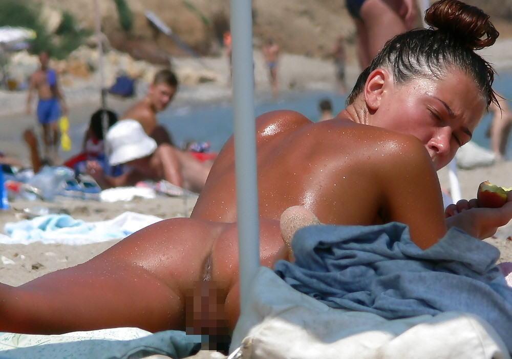 ヌーディストビーチでマンコを見せつける女の即ハボ女の画像まとめwwww(29枚)・13枚目