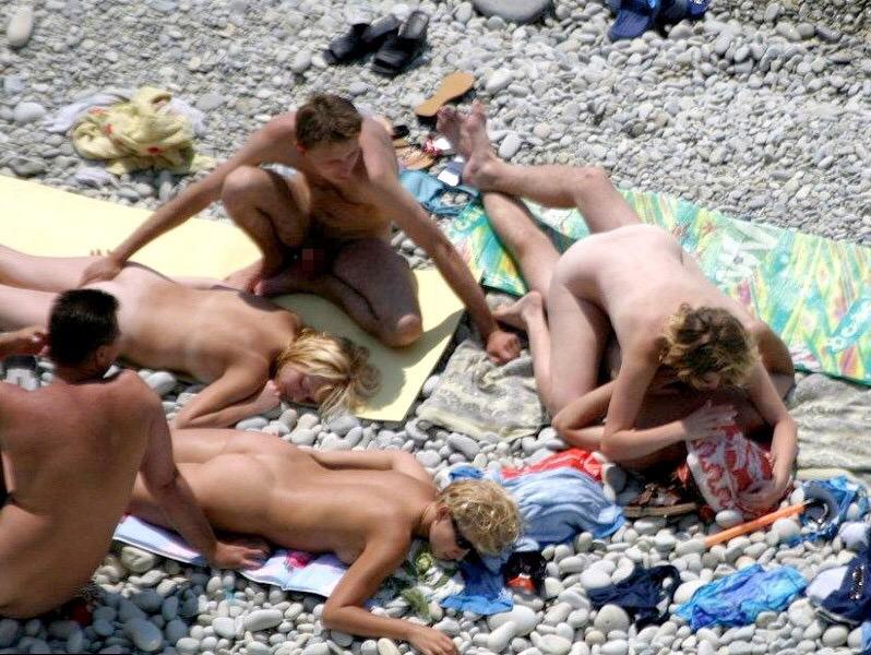ヌーディストビーチで開かれるリア充たちの乱交パティーをご覧くださいwwww(画像37枚)・14枚目