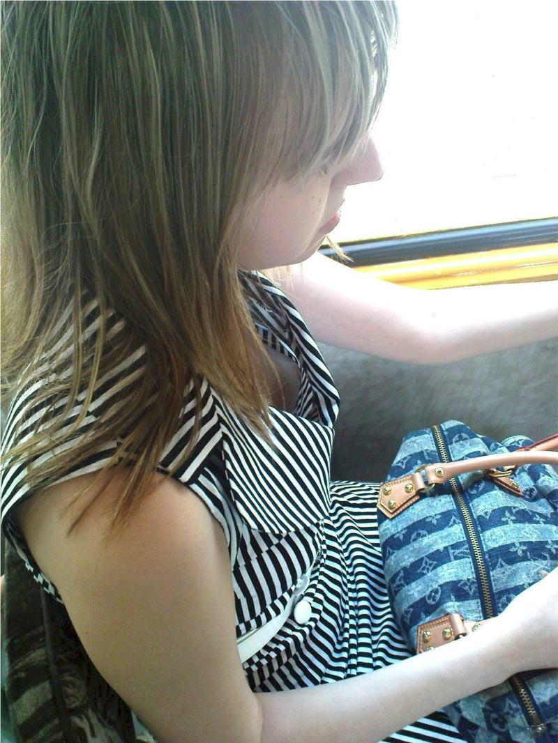 電車内で無防備すぎるおっぱいを撮影した画像。ガチの天国やったwwwwww(36枚)・20枚目