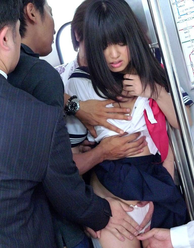 【悲報】電車で被害に遭ったJKたちをご覧ください・・・(画像あり)・21枚目