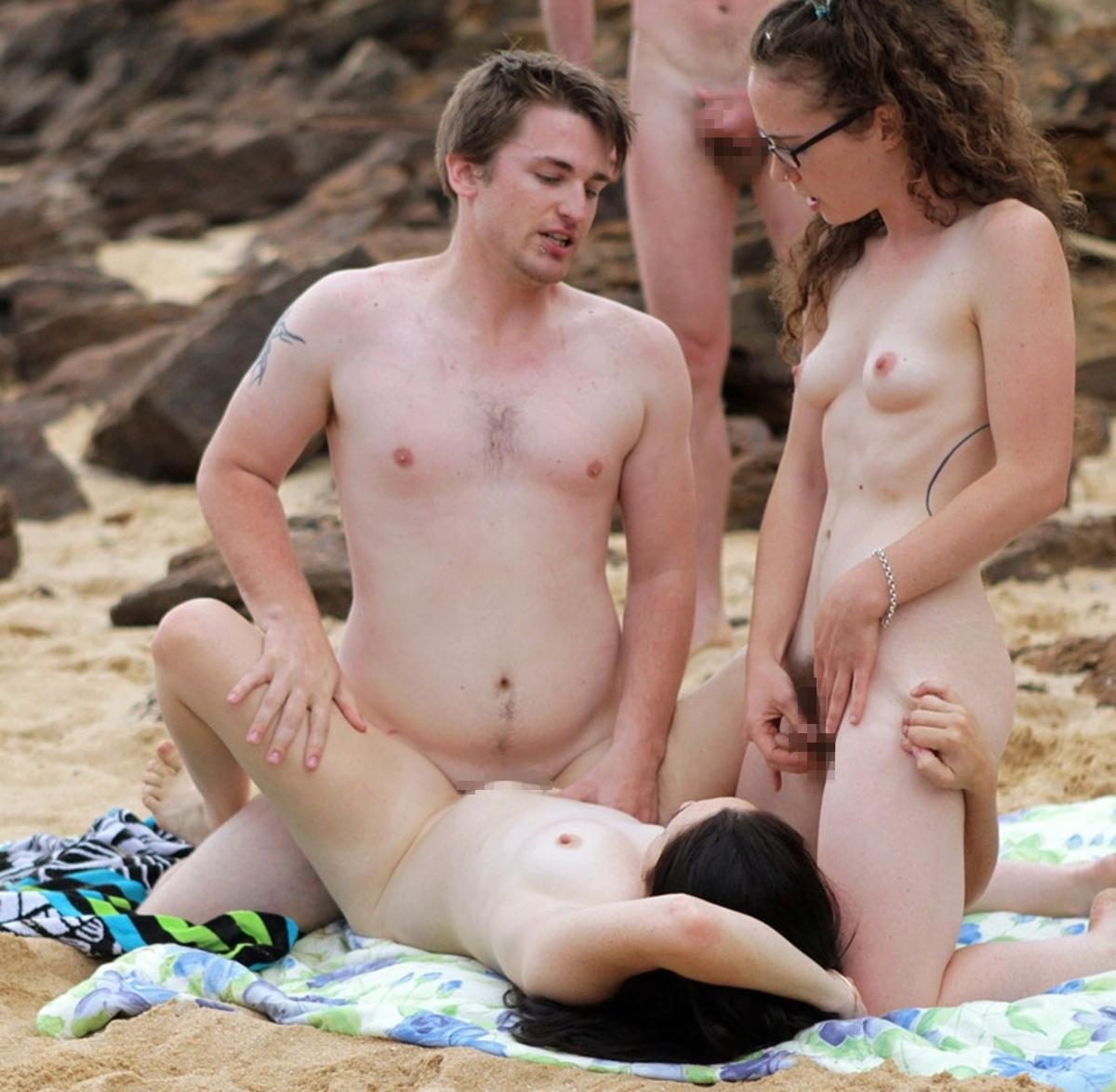 ヌーディストビーチで開かれるリア充たちの乱交パティーをご覧くださいwwww(画像37枚)・28枚目