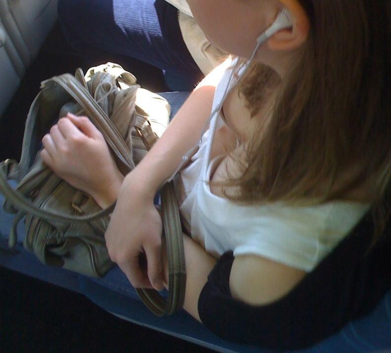 電車内で無防備すぎるおっぱいを撮影した画像。ガチの天国やったwwwwww(36枚)・32枚目