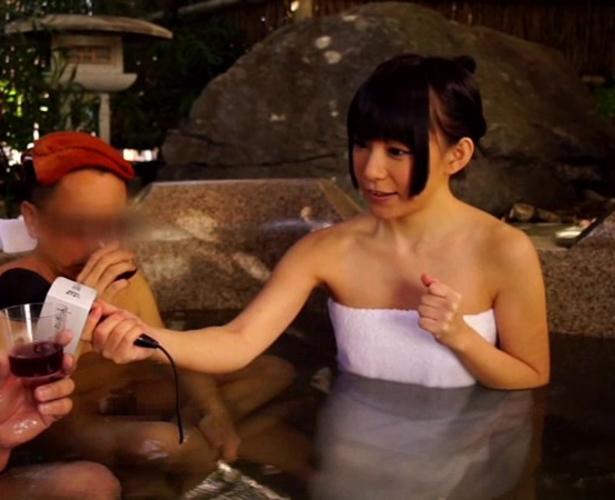 【画像あり】温泉レポでアナウンサーの乳首ポロリwwwwwwwwww・7枚目