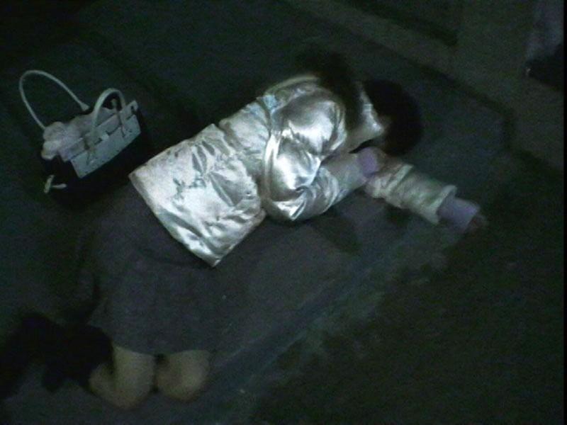 乳丸出しで寝てる泥酔女子を激写したったwwwwwwww(画像17枚)・8枚目