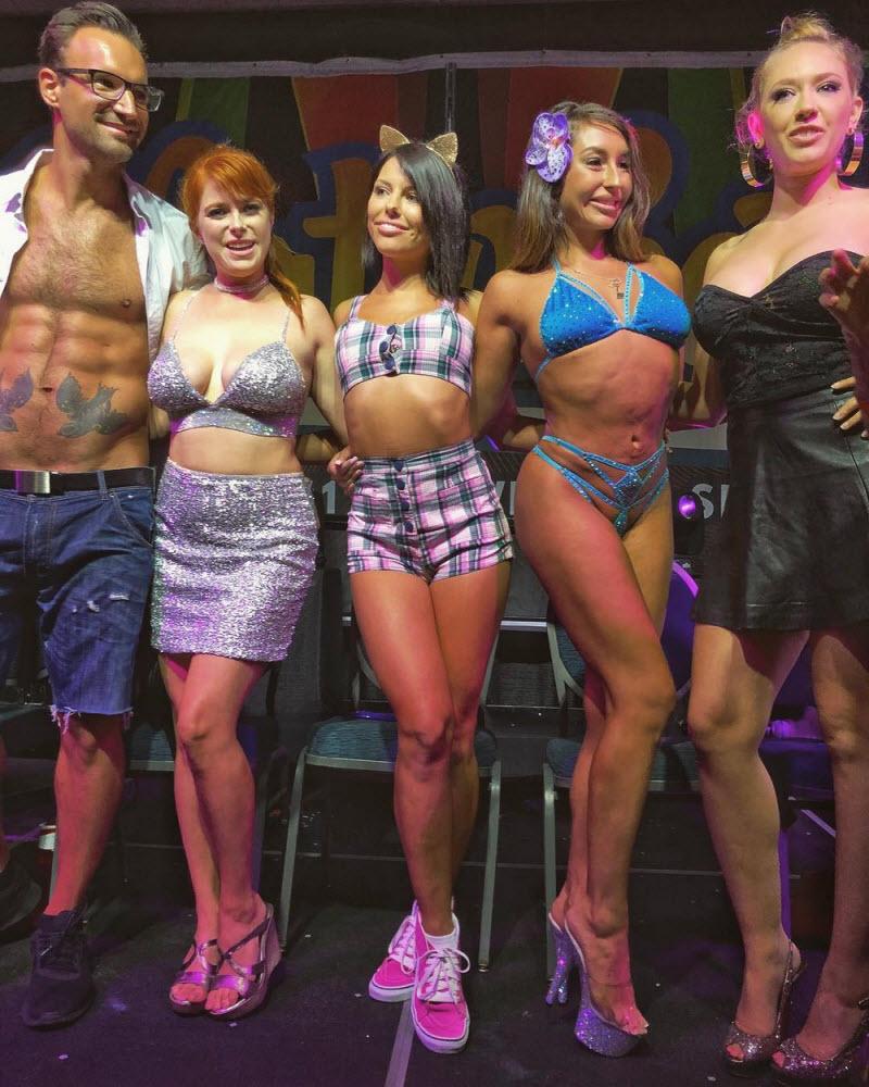 海外ポルノ女優のイベント会場の様子がコチラwwwwwwwwwwwwwww(画像あり)・1枚目