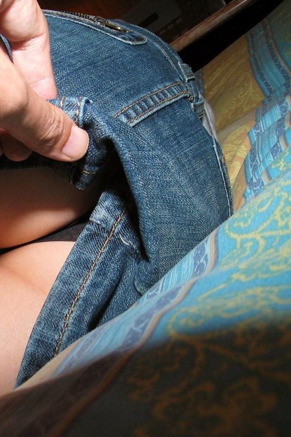 スカートをめくられてTバックが丸出しになった女の子(画像あり)・10枚目