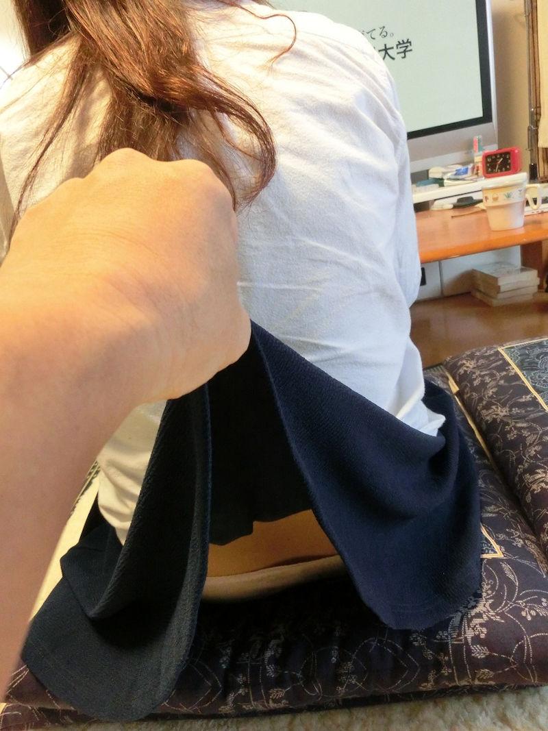 スカートをめくられてTバックが丸出しになった女の子(画像あり)・11枚目