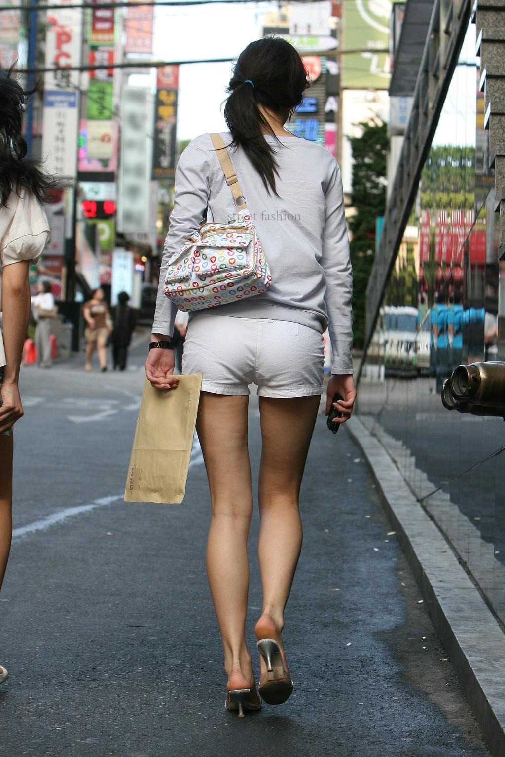 際どいファッションで街中を歩く半露出狂の韓国女性たち(画像25枚)・24枚目