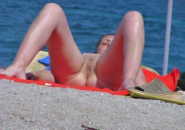 ヌーディストビーチでマムコだけを撮影された女子。。若すぎない??(画像あり)・3枚目