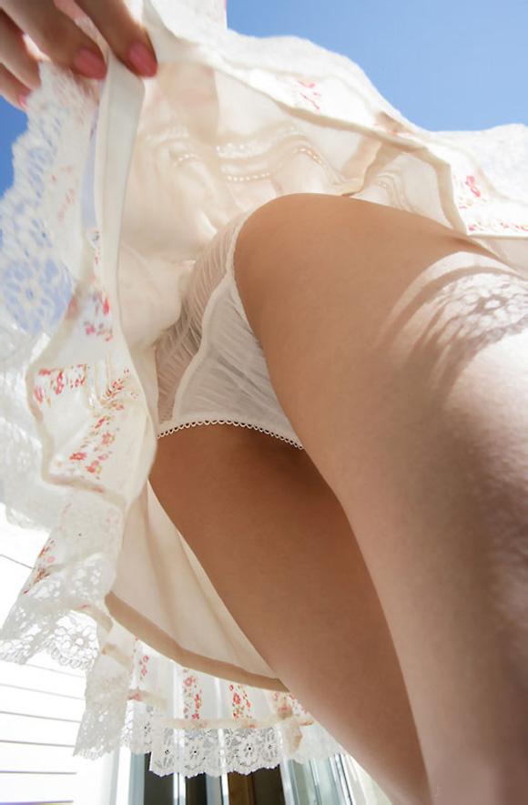 スカートをめくられてTバックが丸出しになった女の子(画像あり)・5枚目