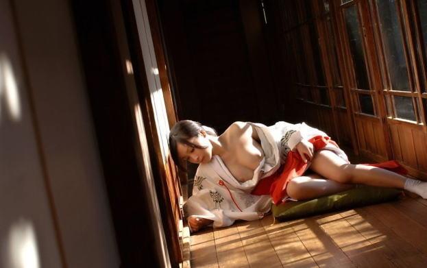初詣でムラっときた罰当たりのための巫女さんのエロ画像集(29枚)・9枚目