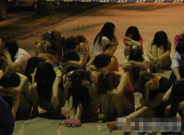売春婦逮捕の瞬間、全裸のまま嬢が晒される・・・(画像あり)・12枚目