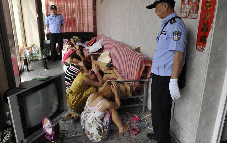 売春婦逮捕の瞬間、全裸のまま嬢が晒される・・・(画像あり)・13枚目