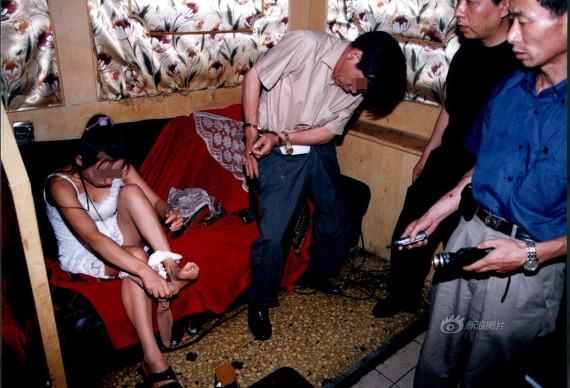 売春婦逮捕の瞬間、全裸のまま嬢が晒される・・・(画像あり)・14枚目