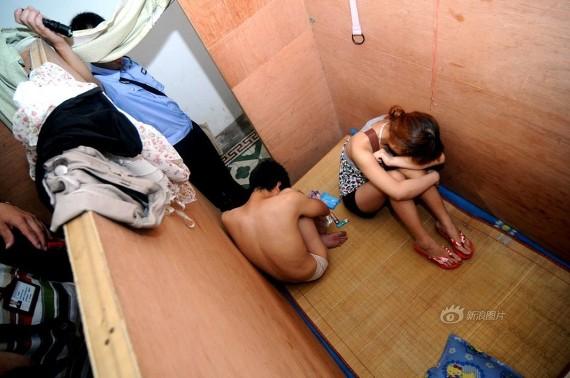 売春婦逮捕の瞬間、全裸のまま嬢が晒される・・・(画像あり)・15枚目