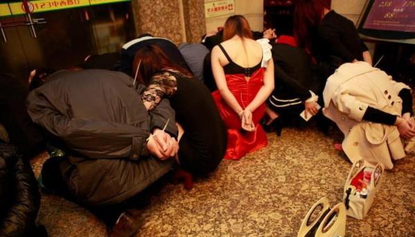 売春婦逮捕の瞬間、全裸のまま嬢が晒される・・・(画像あり)・16枚目
