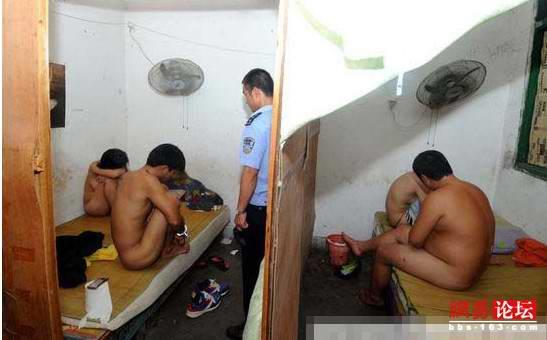売春婦逮捕の瞬間、全裸のまま嬢が晒される・・・(画像あり)・4枚目