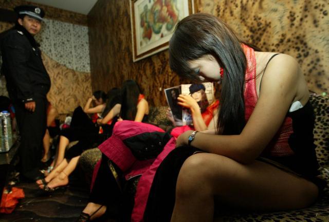 売春婦逮捕の瞬間、全裸のまま嬢が晒される・・・(画像あり)・5枚目
