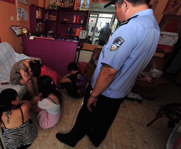 売春婦逮捕の瞬間、全裸のまま嬢が晒される・・・(画像あり)・8枚目
