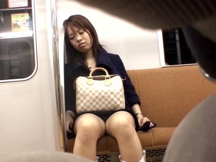 【悲報】ミニスカまんさん、電車の中で居眠りしてしまった結果・・・・・(画像22枚)・16枚目