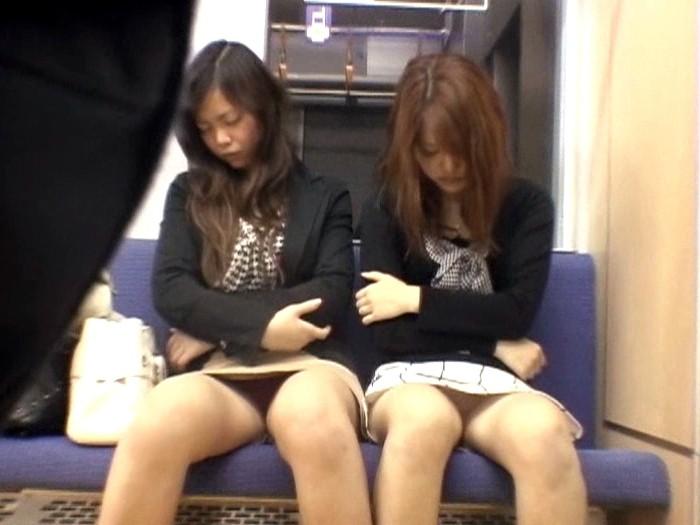 【悲報】ミニスカまんさん、電車の中で居眠りしてしまった結果・・・・・(画像22枚)・2枚目