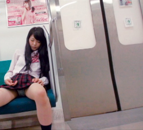 【悲報】ミニスカまんさん、電車の中で居眠りしてしまった結果・・・・・(画像22枚)・4枚目