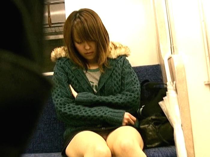 【悲報】ミニスカまんさん、電車の中で居眠りしてしまった結果・・・・・(画像22枚)・5枚目