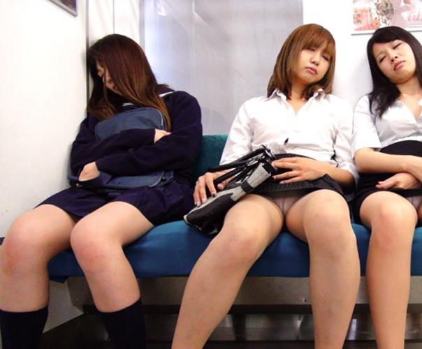 【悲報】ミニスカまんさん、電車の中で居眠りしてしまった結果・・・・・(画像22枚)・7枚目