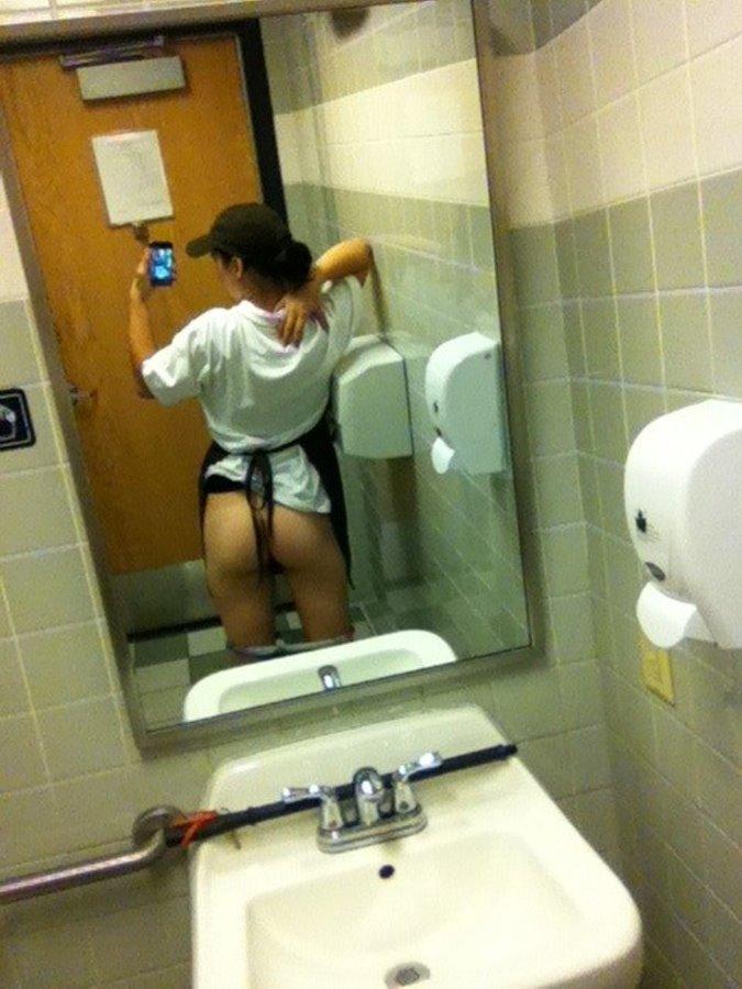 """トイレで""""おっぱいペロ~ン"""" って記念撮影する女子有能wwwwww(画像あり)・2枚目"""