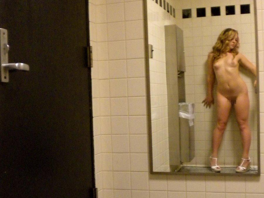 """トイレで""""おっぱいペロ~ン"""" って記念撮影する女子有能wwwwww(画像あり)・26枚目"""