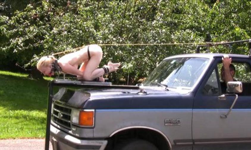 浮気するとこうなります。裸で連れ回されてる女ヤバすぎだろ。。(画像あり)・20枚目