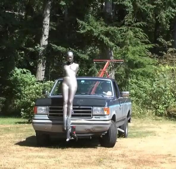 浮気するとこうなります。裸で連れ回されてる女ヤバすぎだろ。。(画像あり)・25枚目
