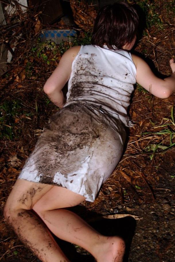 全裸で野外放置されてる女の子、リアルすぎやろ。。。(25枚)・1枚目